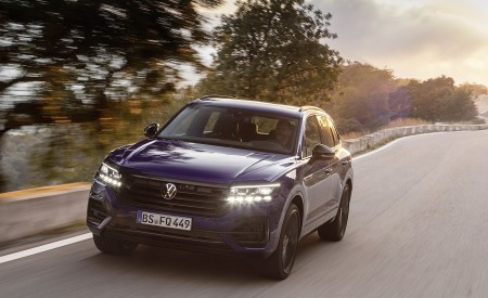 2021 Volkswagen Touareg R Plug-In Hybrid Front Three-Quarter Wallpapers 450x275 (12)