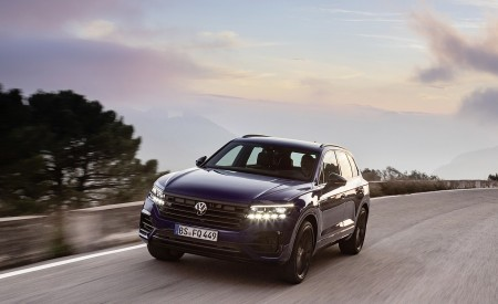 2021 Volkswagen Touareg R Plug-In Hybrid Front Three-Quarter Wallpapers 450x275 (4)
