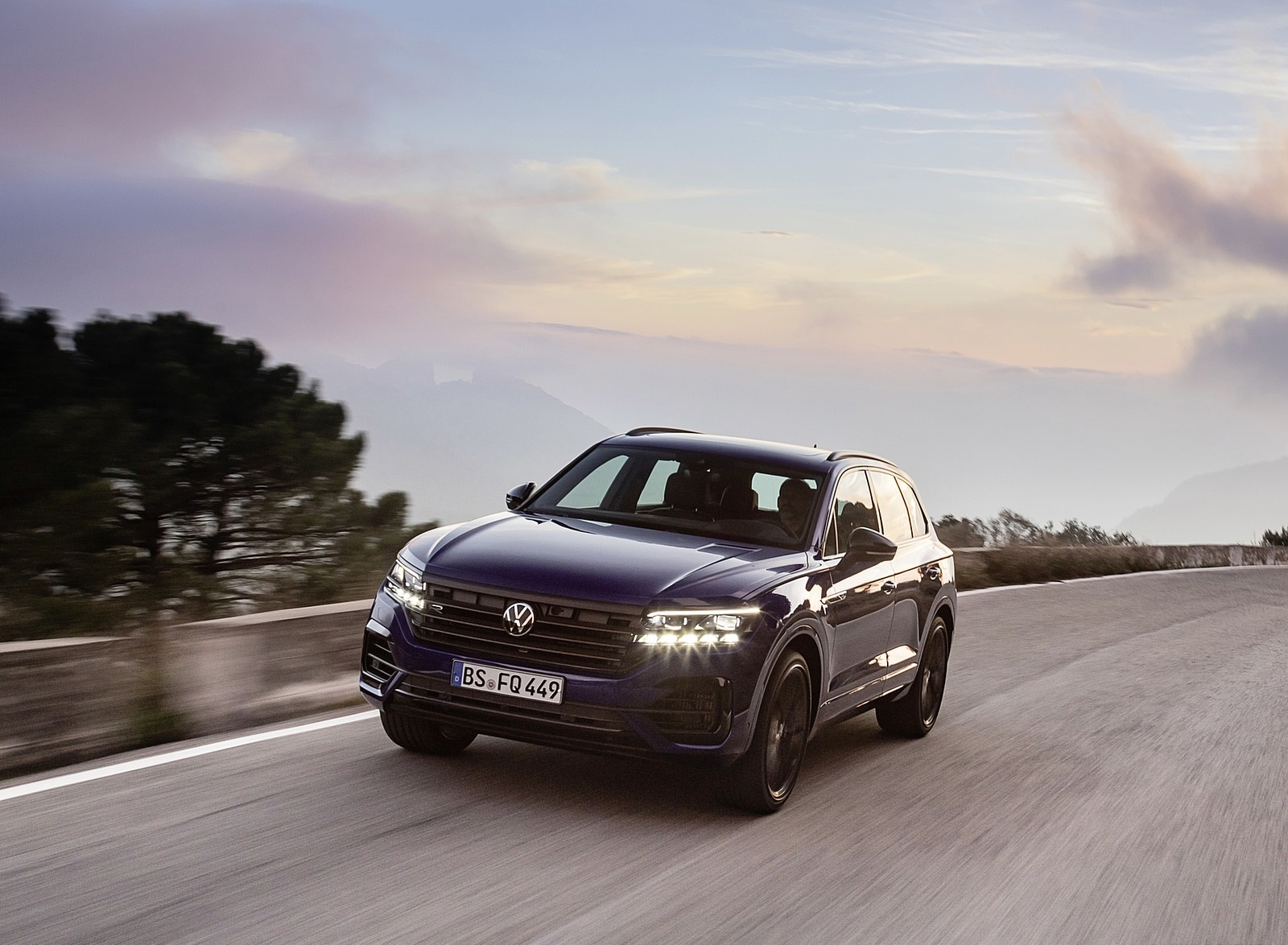 2021 Volkswagen Touareg R Plug-In Hybrid Front Three-Quarter Wallpapers (4)