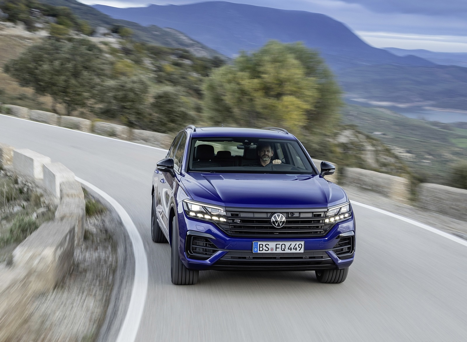 2021 Volkswagen Touareg R Plug-In Hybrid Front Wallpapers (2)