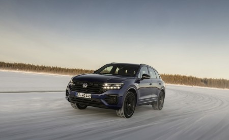 2021 Volkswagen Touareg R Plug-In Hybrid In Snow Front Three-Quarter Wallpapers 450x275 (57)