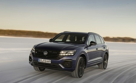 2021 Volkswagen Touareg R Plug-In Hybrid In Snow Front Three-Quarter Wallpapers 450x275 (58)