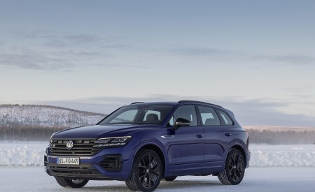 2021 Volkswagen Touareg R Plug-In Hybrid In Snow Front Three-Quarter Wallpapers 450x275 (77)