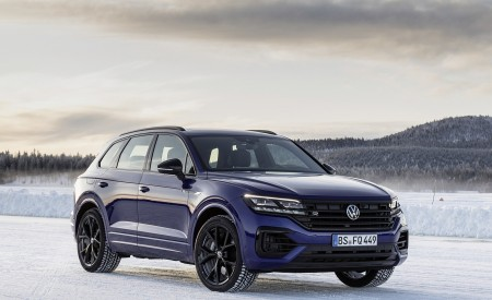 2021 Volkswagen Touareg R Plug-In Hybrid In Snow Front Three-Quarter Wallpapers 450x275 (82)