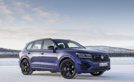 2021 Volkswagen Touareg R Plug-In Hybrid In Snow Front Three-Quarter Wallpapers 450x275 (79)