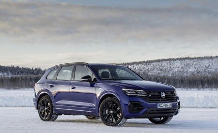 2021 Volkswagen Touareg R Plug-In Hybrid In Snow Front Three-Quarter Wallpapers 450x275 (80)