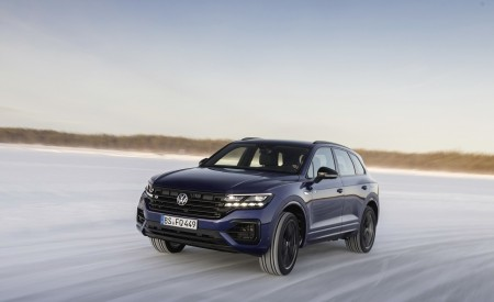 2021 Volkswagen Touareg R Plug-In Hybrid In Snow Front Three-Quarter Wallpapers 450x275 (59)