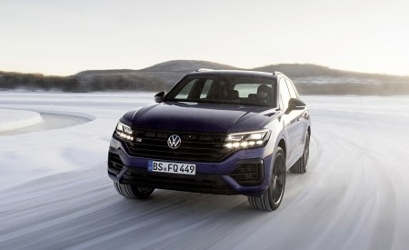 2021 Volkswagen Touareg R Plug-In Hybrid In Snow Front Wallpapers 450x275 (60)