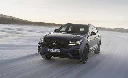 2021 Volkswagen Touareg R Plug-In Hybrid In Snow Front Wallpapers 450x275 (61)