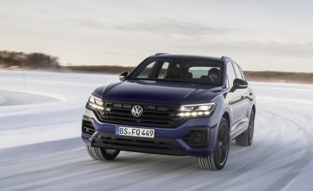 2021 Volkswagen Touareg R Plug-In Hybrid In Snow Front Wallpapers 450x275 (63)