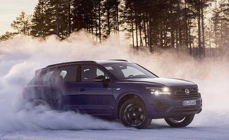 2021 Volkswagen Touareg R Plug-In Hybrid In Snow Off-Road Wallpapers 450x275 (65)