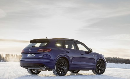 2021 Volkswagen Touareg R Plug-In Hybrid In Snow Rear Three-Quarter Wallpapers 450x275 (83)