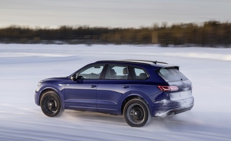 2021 Volkswagen Touareg R Plug-In Hybrid In Snow Rear Three-Quarter Wallpapers 450x275 (67)