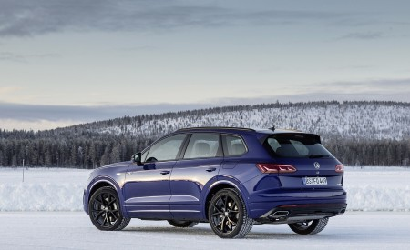 2021 Volkswagen Touareg R Plug-In Hybrid In Snow Rear Three-Quarter Wallpapers 450x275 (84)