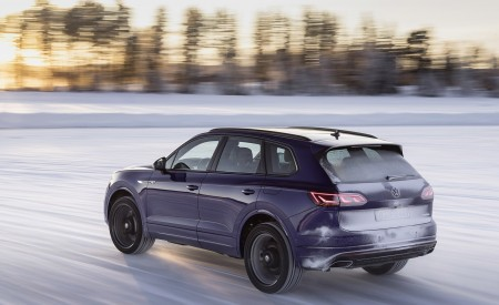 2021 Volkswagen Touareg R Plug-In Hybrid In Snow Rear Three-Quarter Wallpapers 450x275 (68)