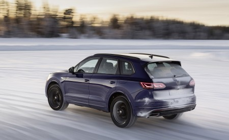 2021 Volkswagen Touareg R Plug-In Hybrid In Snow Rear Three-Quarter Wallpapers 450x275 (69)