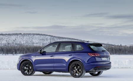 2021 Volkswagen Touareg R Plug-In Hybrid In Snow Rear Three-Quarter Wallpapers 450x275 (85)