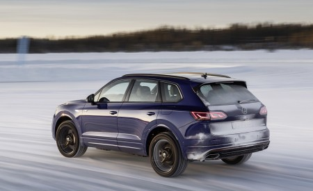 2021 Volkswagen Touareg R Plug-In Hybrid In Snow Rear Three-Quarter Wallpapers 450x275 (70)