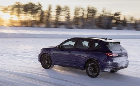2021 Volkswagen Touareg R Plug-In Hybrid In Snow Rear Three-Quarter Wallpapers 450x275 (72)