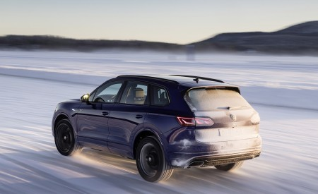 2021 Volkswagen Touareg R Plug-In Hybrid In Snow Rear Wallpapers 450x275 (73)