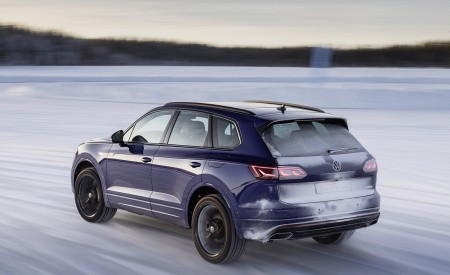 2021 Volkswagen Touareg R Plug-In Hybrid In Snow Rear Wallpapers 450x275 (74)