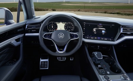 2021 Volkswagen Touareg R Plug-In Hybrid Interior Wallpapers 450x275 (49)