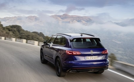2021 Volkswagen Touareg R Plug-In Hybrid Rear Three-Quarter Wallpapers 450x275 (6)