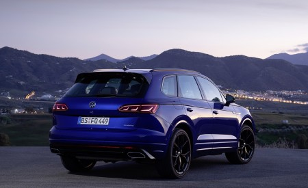 2021 Volkswagen Touareg R Plug-In Hybrid Rear Three-Quarter Wallpapers 450x275 (29)