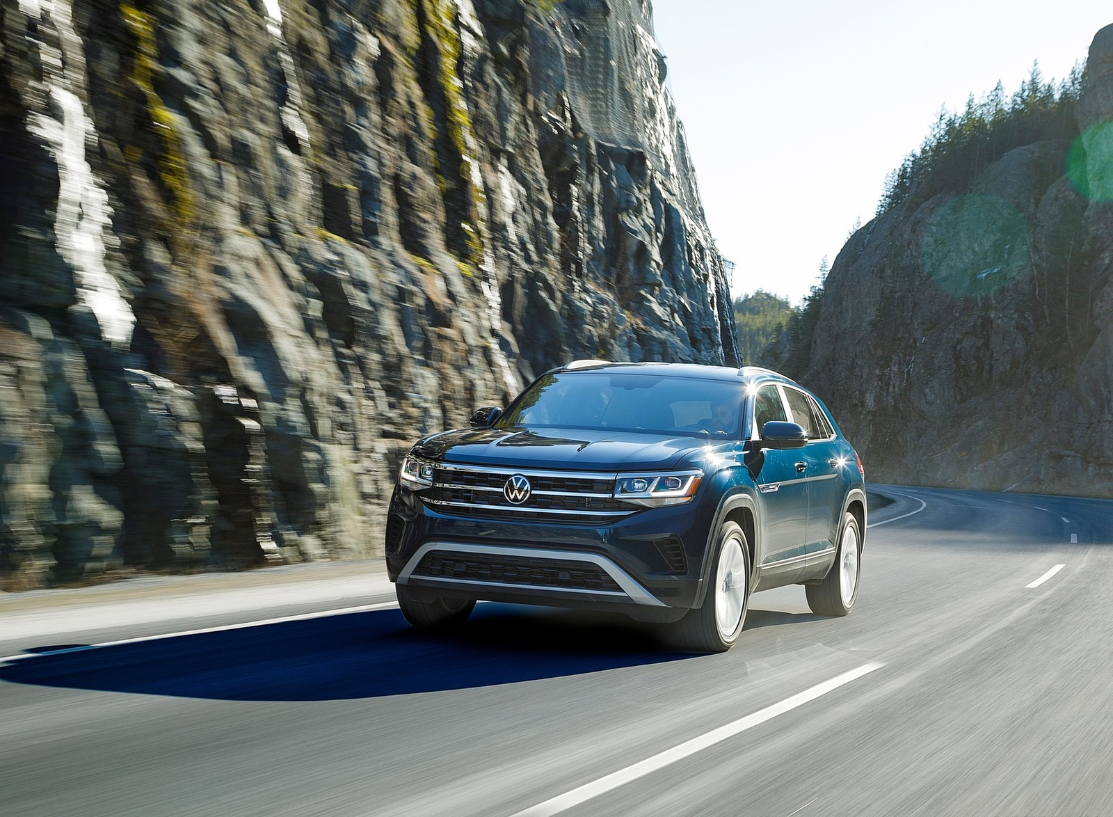 2020 Volkswagen Atlas Cross Sport SE with Technology (Color: Tourmaline Blue) Front Three-Quarter Wallpapers (2)