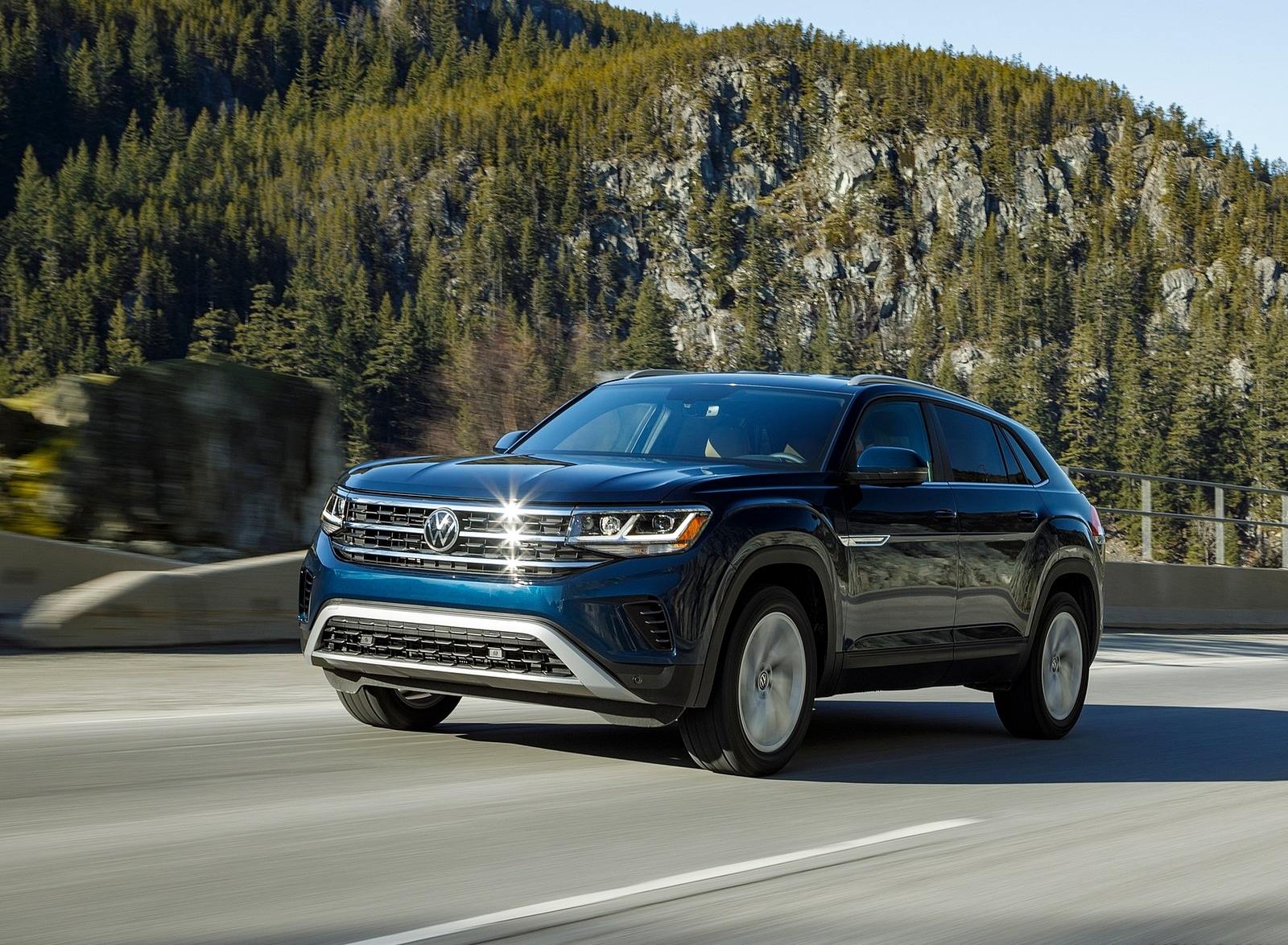 2020 Volkswagen Atlas Cross Sport SE with Technology (Color: Tourmaline Blue) Front Three-Quarter Wallpapers (3)