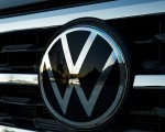 2020 Volkswagen Atlas Cross Sport SEL Premium R Line (Color: Pure Gray) Badge Wallpapers 150x120 (33)
