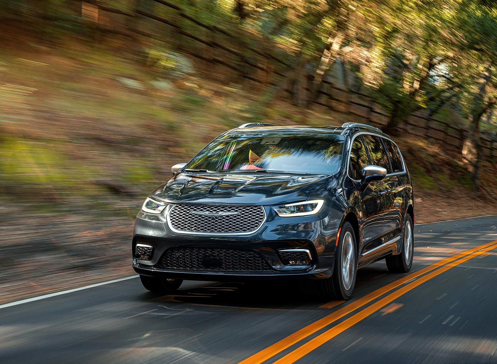 2021 Chrysler Pacifica Pinnacle AWD Front Wallpapers (2)