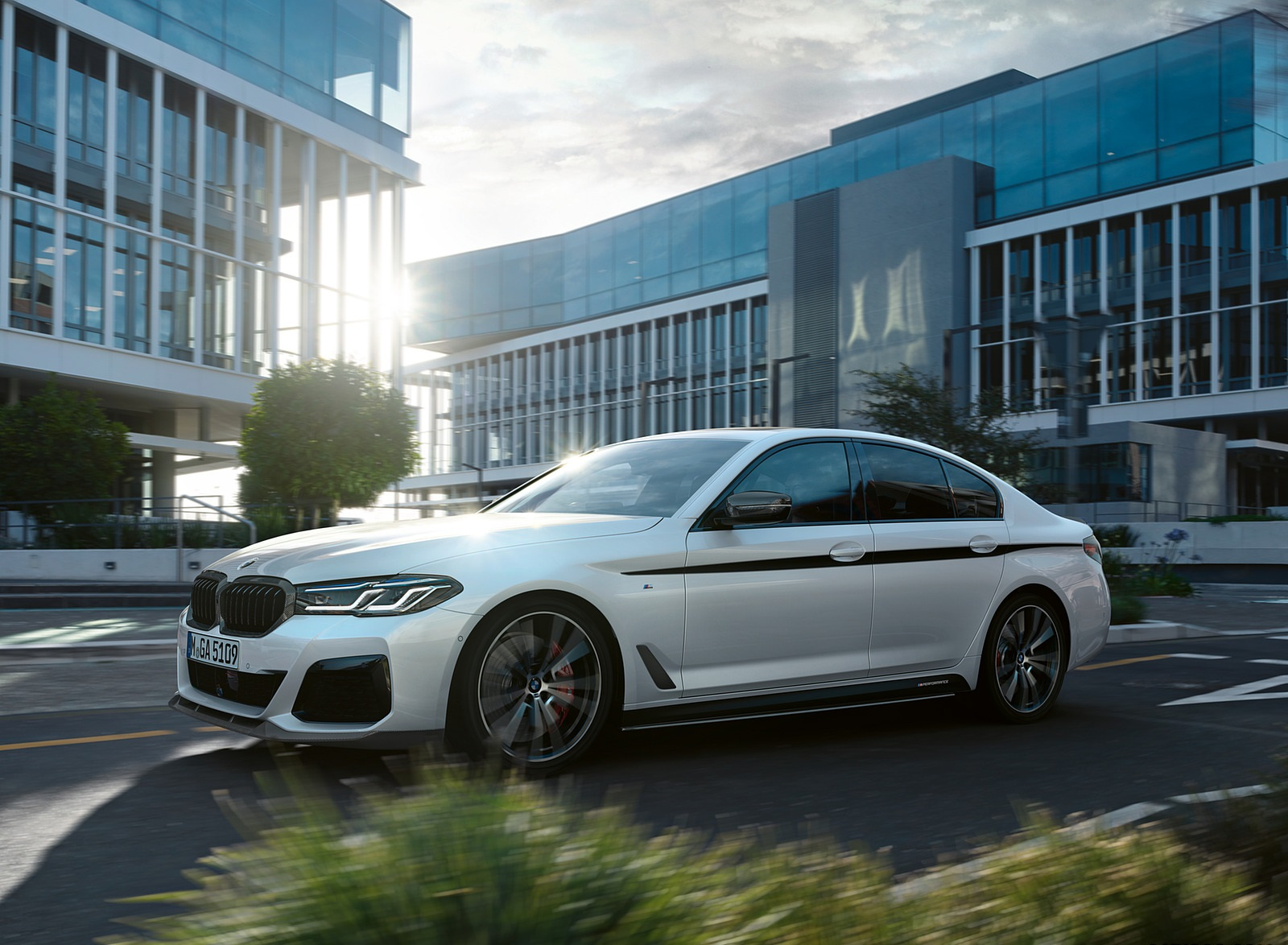 2021 BMW 5 Series M Performance Parts Front Three-Quarter Wallpapers (1)