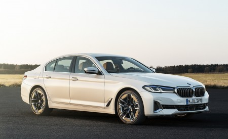 2021 BMW 540i Front Three-Quarter Wallpapers 450x275 (8)