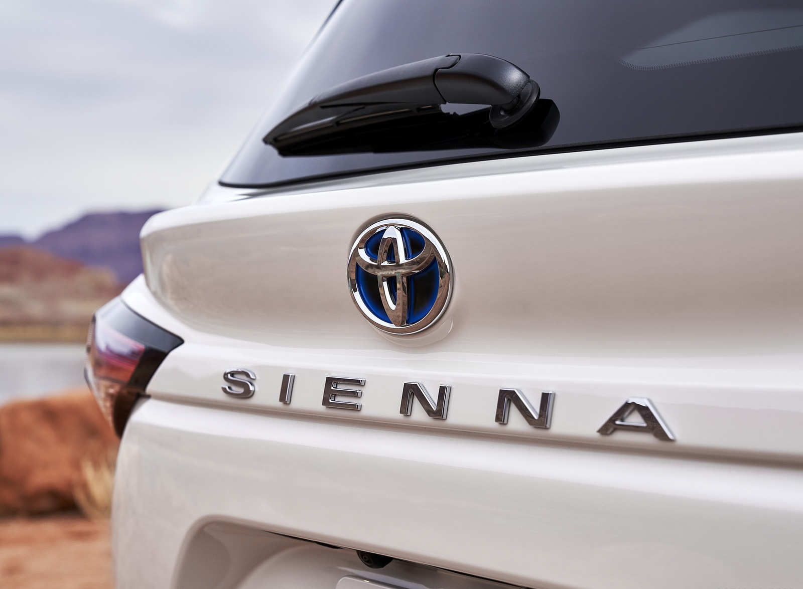 2021 Toyota Sienna Limited Hybrid Badge Wallpapers (5)