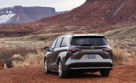 2021 Toyota Sienna Platinum Hybrid Rear Three-Quarter Wallpapers 450x275 (5)