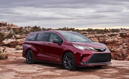 2021 Toyota Sienna XSE Hybrid Front Three-Quarter Wallpapers 450x275 (2)
