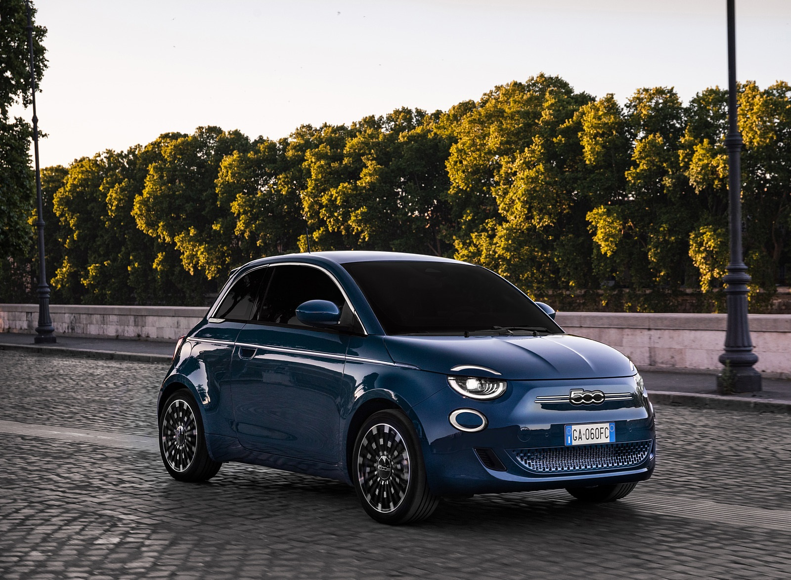 2021 Fiat 500 la Prima EV Front Three-Quarter Wallpapers (7)