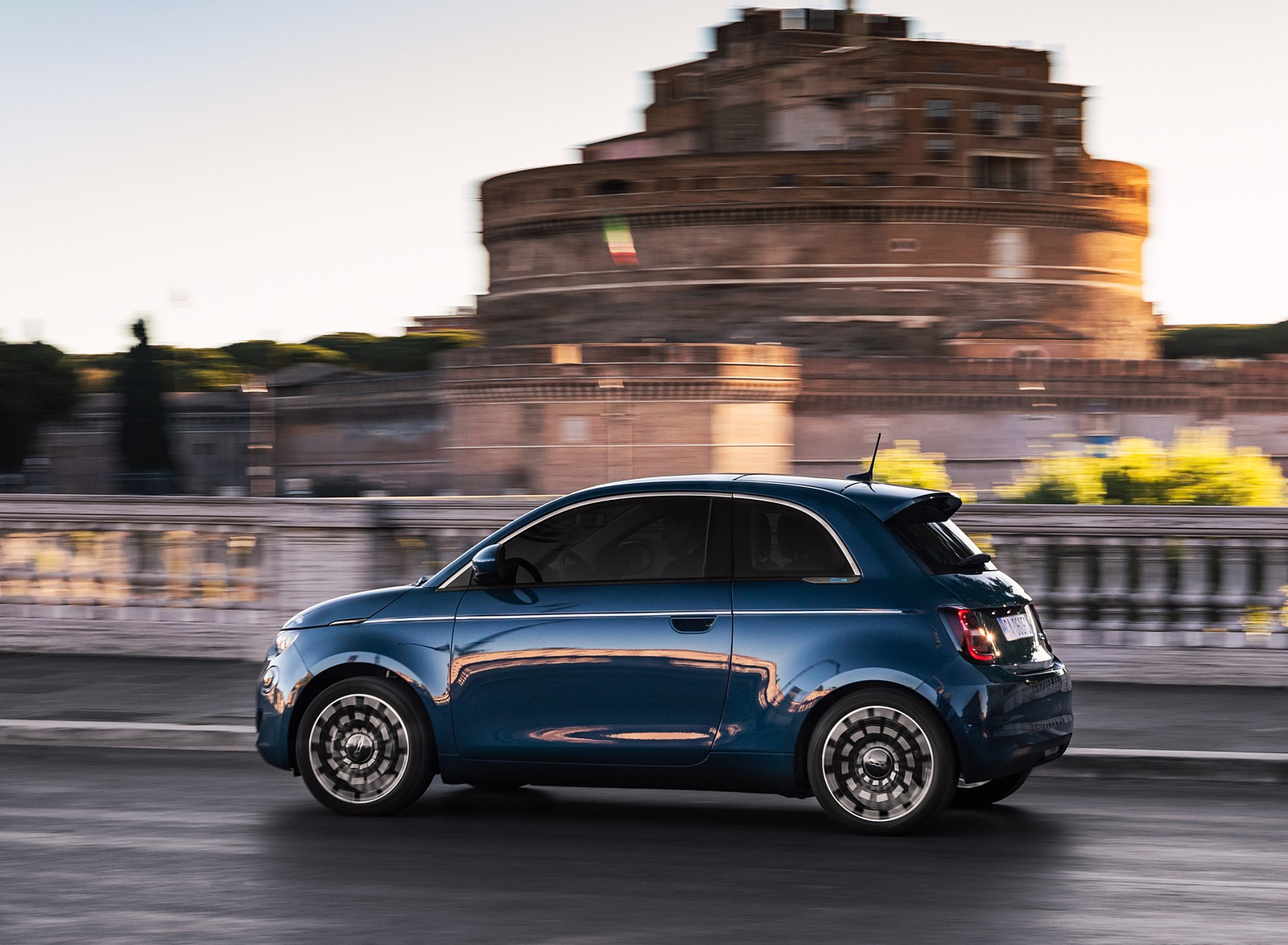 2021 Fiat 500 la Prima EV Side Wallpapers (5)