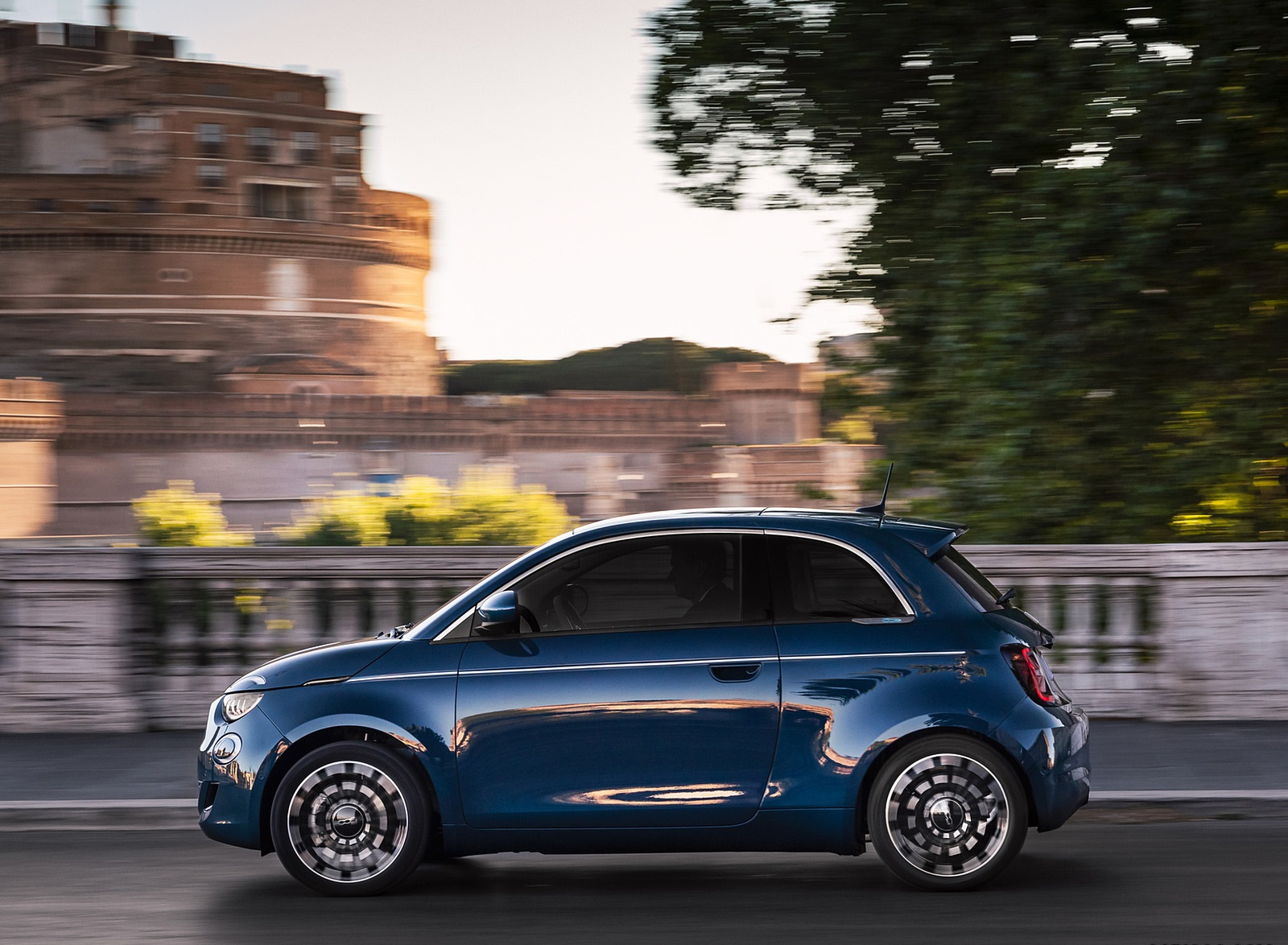 2021 Fiat 500 la Prima EV Side Wallpapers (6)