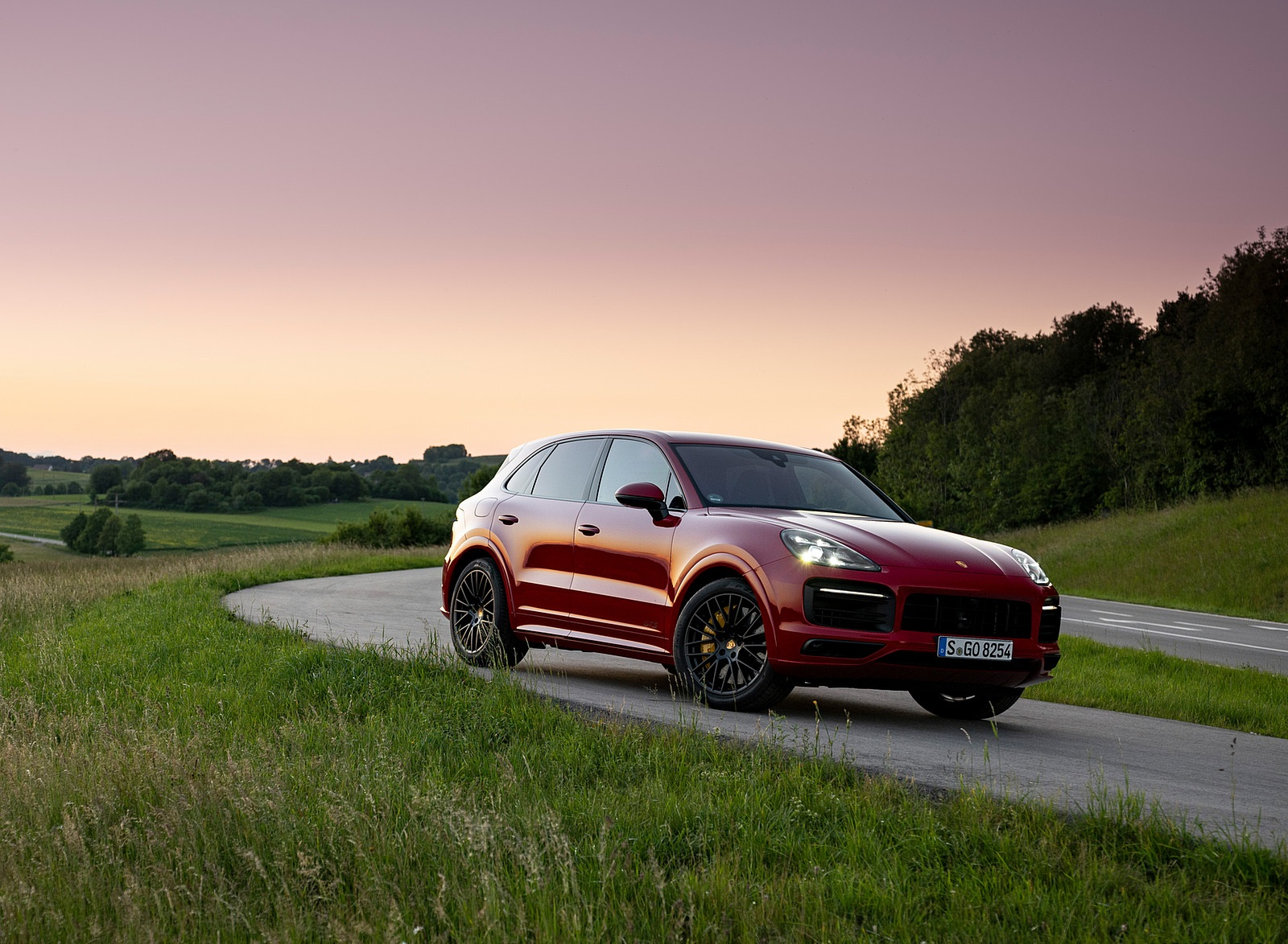 2021 Porsche Cayenne GTS (Color: Carmine Red) Front Three-Quarter Wallpapers (9)