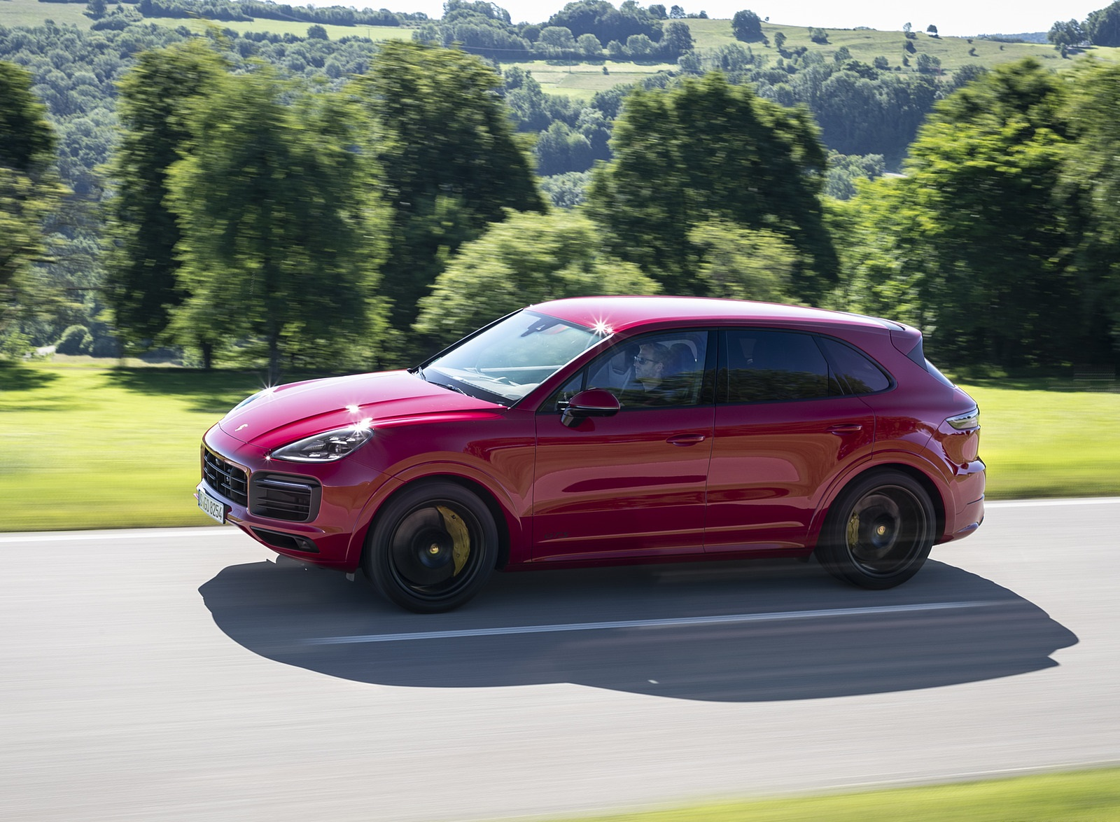2021 Porsche Cayenne GTS (Color: Carmine Red) Front Three-Quarter Wallpapers (3)