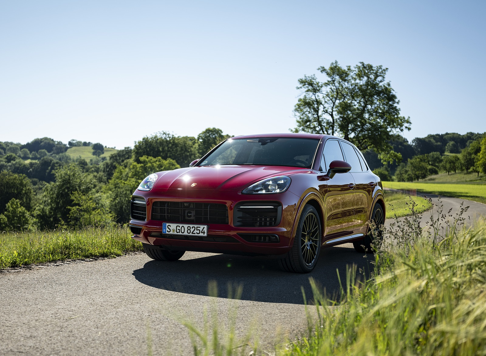 2021 Porsche Cayenne GTS (Color: Carmine Red) Front Three-Quarter Wallpapers (10)