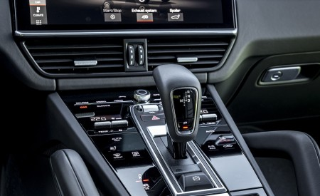 2021 Porsche Cayenne GTS Coupe (Color: Crayon) Central Console Wallpapers 450x275 (113)