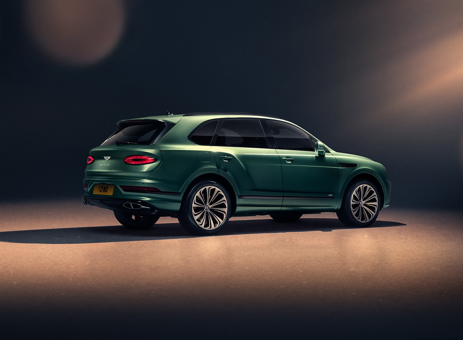 2021 Bentley Bentayga V8 (Color: Alpine Green) Rear Three-Quarter Wallpapers (7)