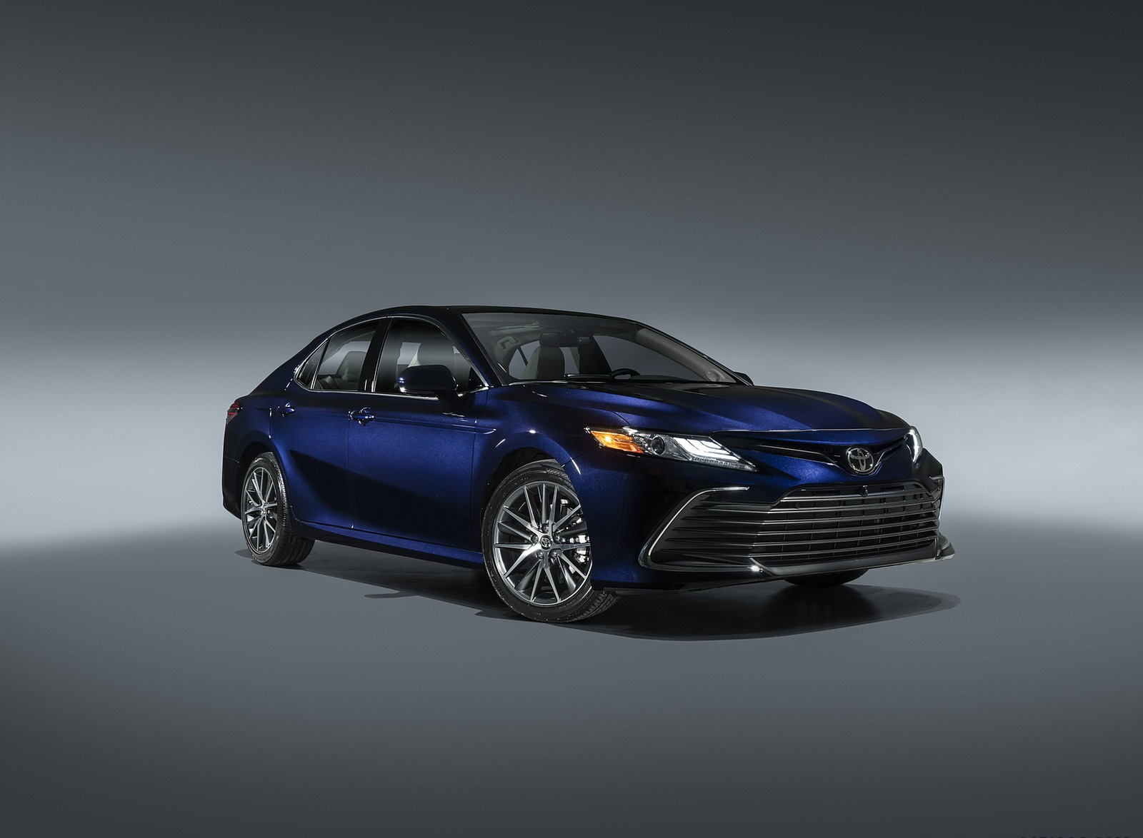 2021 Toyota Camry XLE Front Three-Quarter Wallpapers (1)
