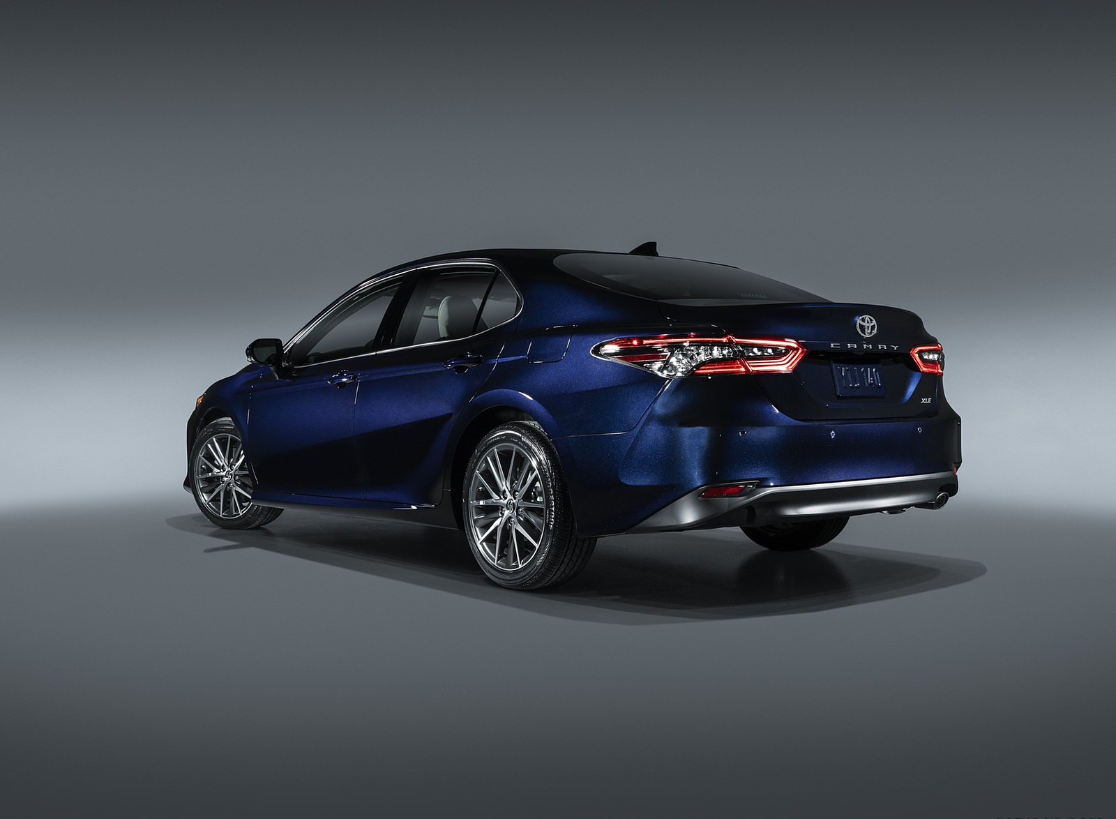 2021 Toyota Camry XLE Rear Three-Quarter Wallpapers (3)