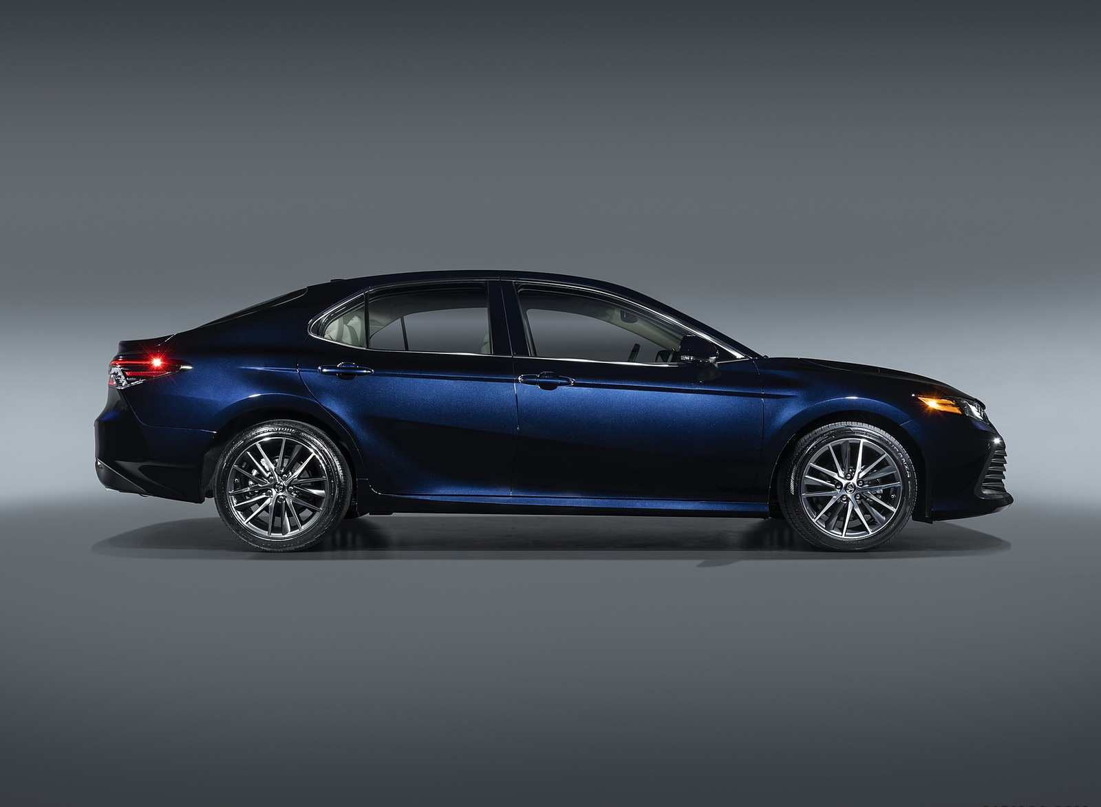 2021 Toyota Camry XLE Side Wallpapers (5)