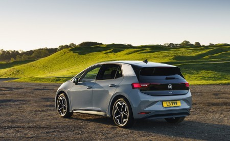 2021 Volkswagen ID.3 1st Edition (UK-Spec) Rear Three-Quarter Wallpapers 450x275 (40)
