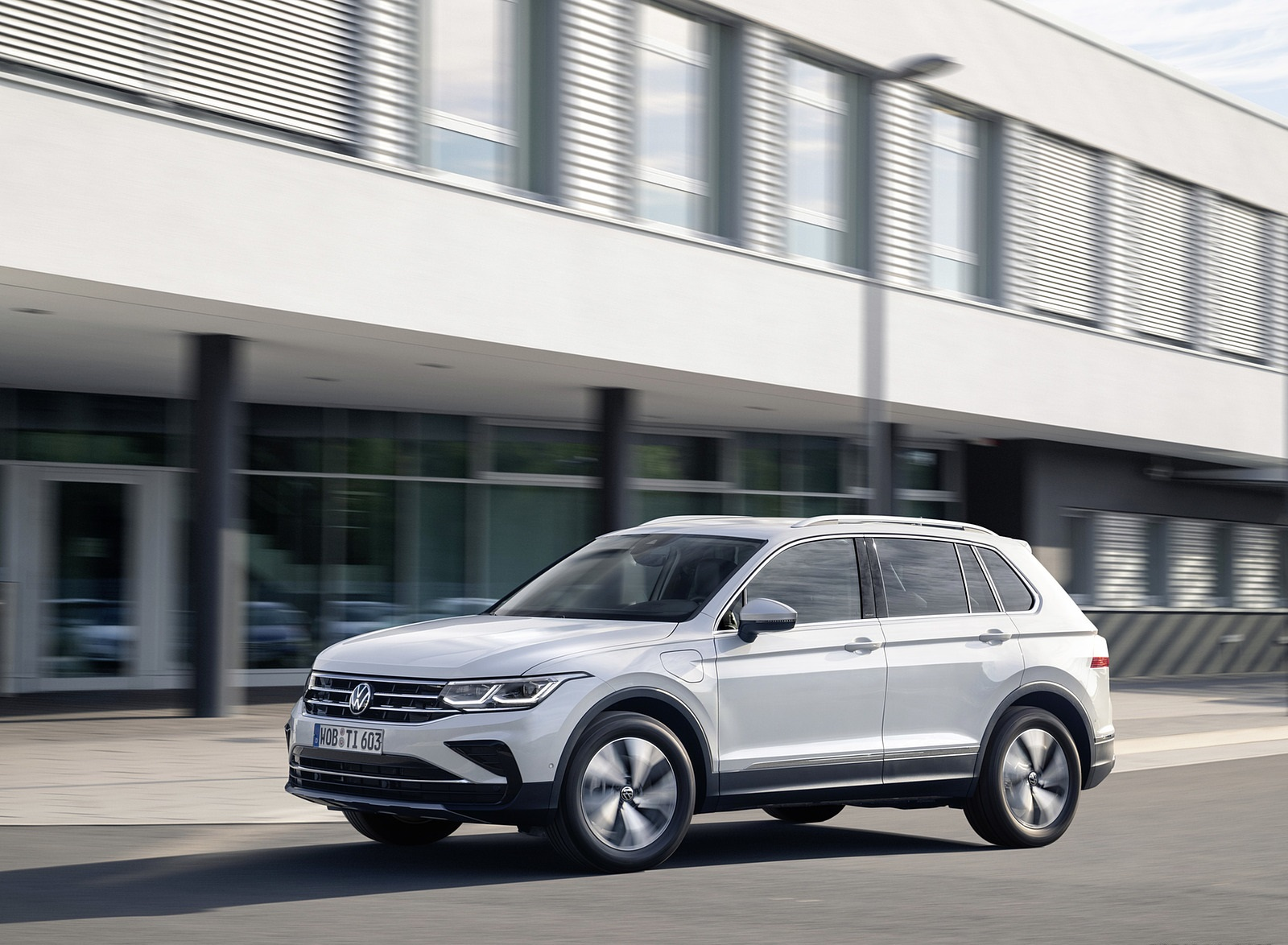 2021 Volkswagen Tiguan Plug-In Hybrid Front Three-Quarter Wallpapers  (6)